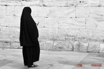 Black and White 009 - Burka e cellulare