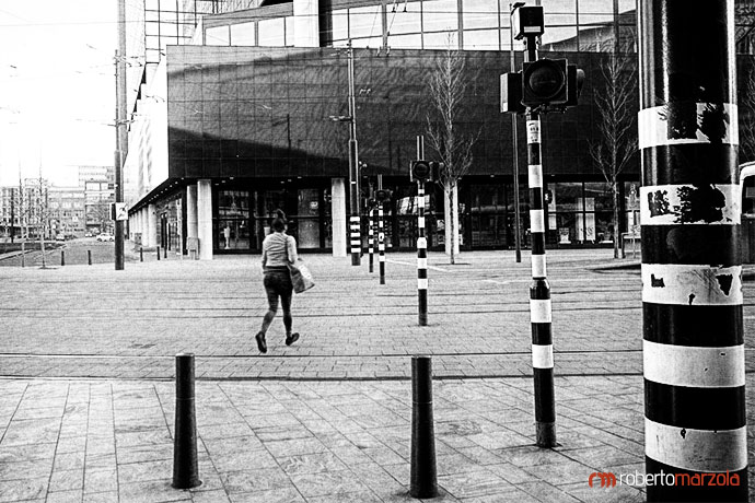 People running at a bus stop in Rotterdam